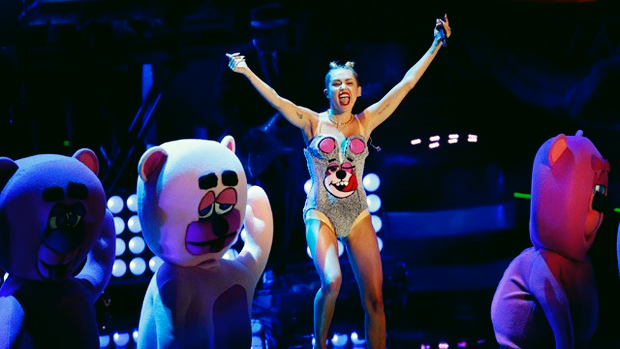 2013-VMAs-Miley-Cyrus-teddy-bear-jpg